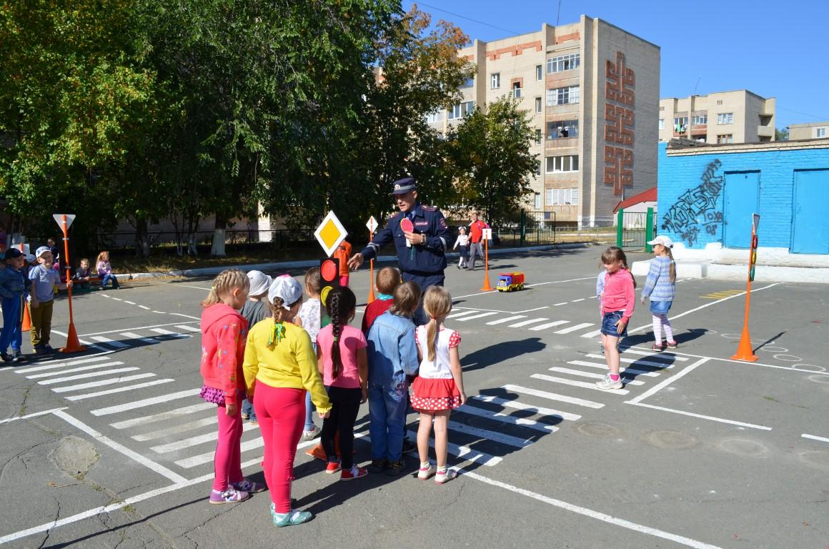 полицейские обучают детей Правилам дорожного движения1